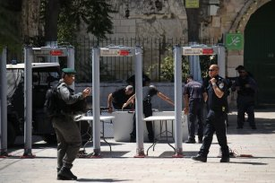 Israeli security forces set up metal detectors at the entrance of Al Aqsa Mosque after the Israeli authorities closed Jerusalem's flashpoint Al-Aqsa mosque compound on Saturday following a shootout that left five people dead, in Jerusalem on July 16, 2017 [Mostafa Alkharouf / Anadolu Agency]