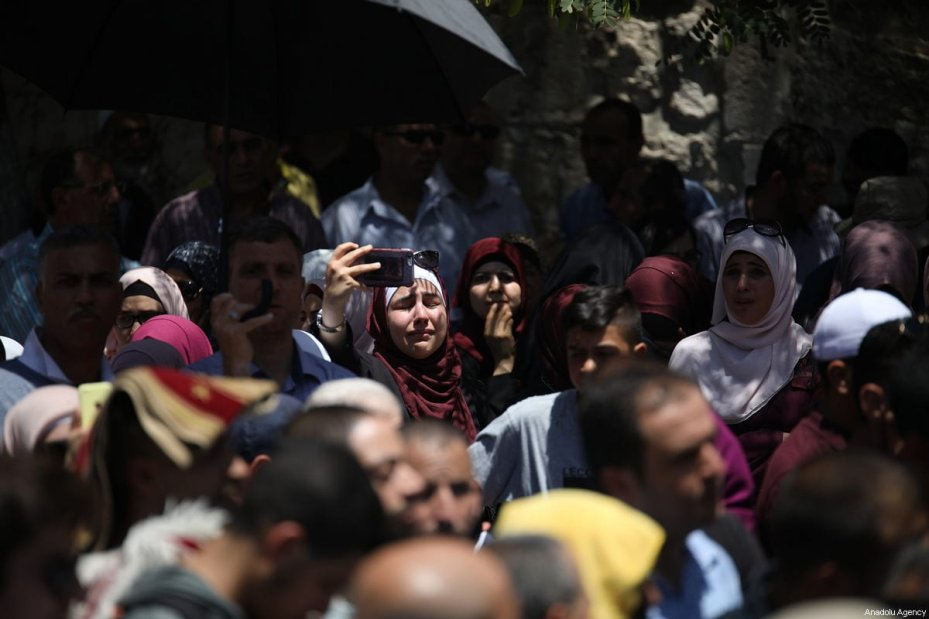 Palestinians gather outside one of the main entrances to the Al-Aqsa mosque, refusing to enter because of new metal detectors installed at entrances as the holy site re-opened for the first time on Sunday since a two-day closure following a deadly shootout in Jerusalem on July 16, 2017 [Mostafa Alkharouf / Anadolu Agency]