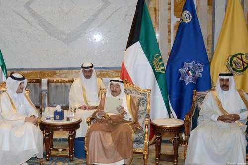 Emir of Kuwait reading the Qatari response on 4 July, 2017 [Kuwaiti news agency]