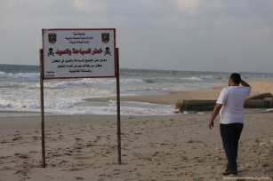 The waters around Gaza are filthy but provide residents with the only respite from the summer heat [Mohammed Asad/Middle East Monitor]