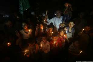 Gazans raise awareness of the unfolding humanitarian disaster in the besieged enclave as a result of the power crisis and salary cuts imposed by the Palestinian Authority in occupied Ramallah on 14 July 2017. [Image: Mohammad Asad]
