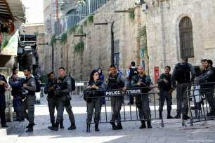 Israeli forces take security measures outside the Al Aqsa compound after Israeli soldiers shot 3 Palestinians who allegedly were carrying a gun on 14 July 2017 [Muhammad Smiry/Twitter]