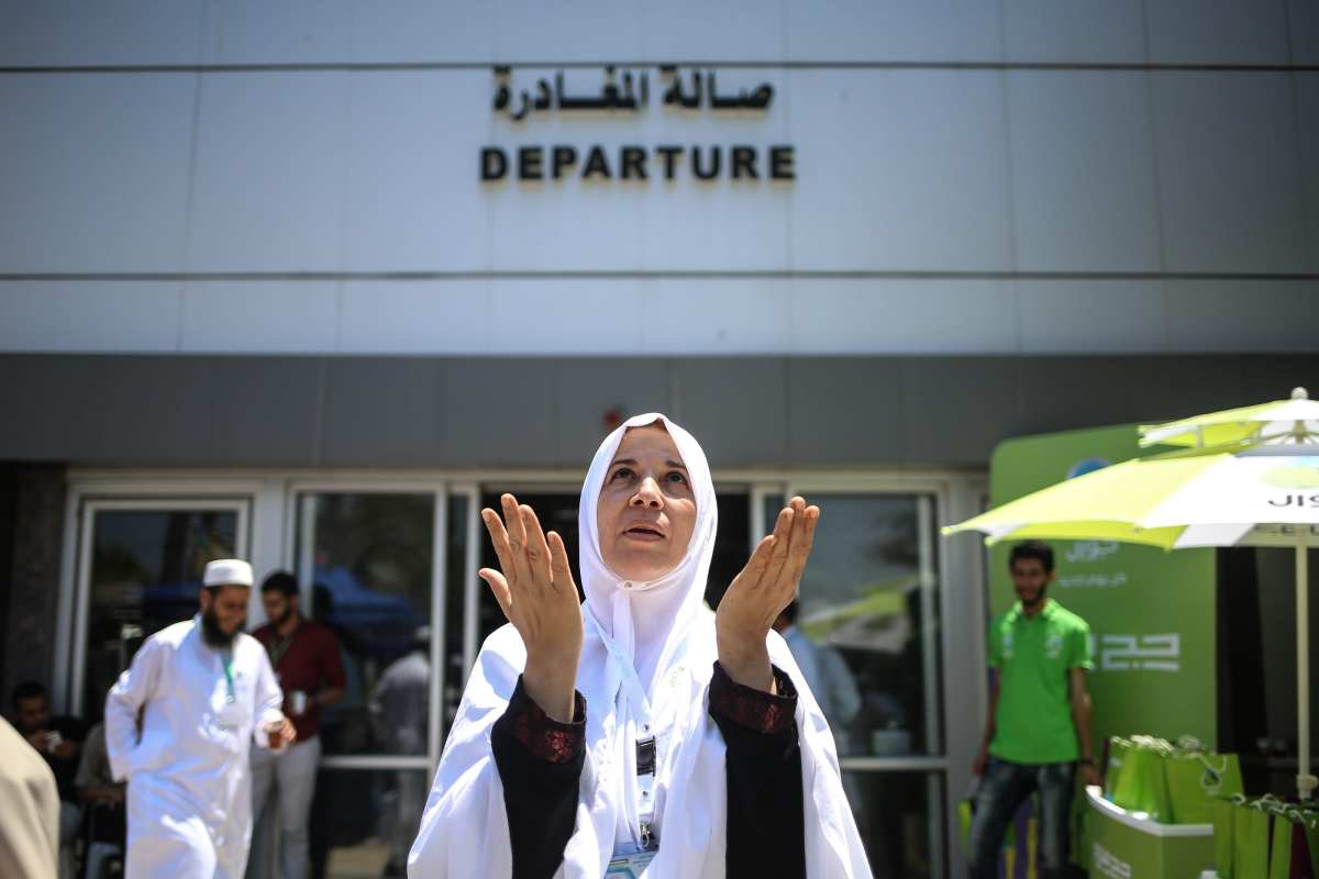 A prospective pilgrim woman prays as she waits to cross Rafah border crossing before moving forward to the Muslims' Holiest city of Mecca of Saudi Arabia for making a pilgrimage, in Rafah, Gaza on 14 August, 2017 [Ali Jadallah/Anadolu Agency]