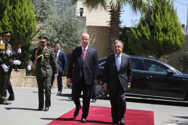 United Nations Secretary General Antonio Guterres (R) is welcomed by Prime Minister of Palestine Rami Hamdallah (2nd R) in Ramallah, West Bank on 29 August 2017 [Issam Rimawi/Anadolu Agency]