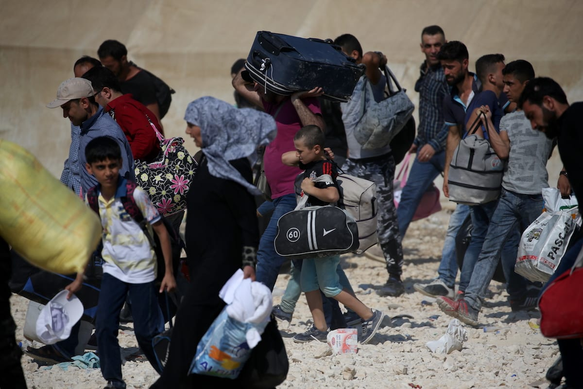 Syrian refugees with their belongings pass through Oncupinar border gate in Kilis, Turkey [Ensar Özdemir/Anadolu Agency]