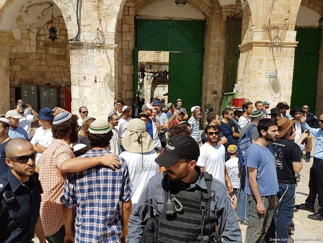 Hundreds of settlers storm Al Aqsa on 31 July, 2017 [Shehab Agency and Qudsn/Twitter]