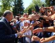 Turkish President Recep Tayyip Erdogan greets people after performing the Friday Prayer in Istanbul, Turkey on 18 August, 2017 [Kayhan Özer/Anadolu Agency]