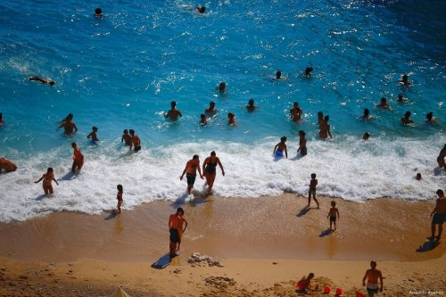 Cooling down in the heat waves, tourists and locals enjoy the beach in Antalya, Turkey, on 4 August 2017 [Mustafa Çiftçi/Anadolu Agency]