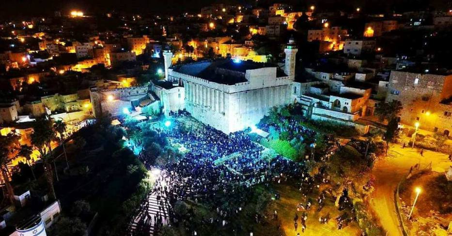 3,000 settler stormed the Ibrahimi Mosque in occupied Hebron on 17 September 2017 to mark a Jewish holiday. Muslim worshippers were banned from entering the holy site. [Quds News]