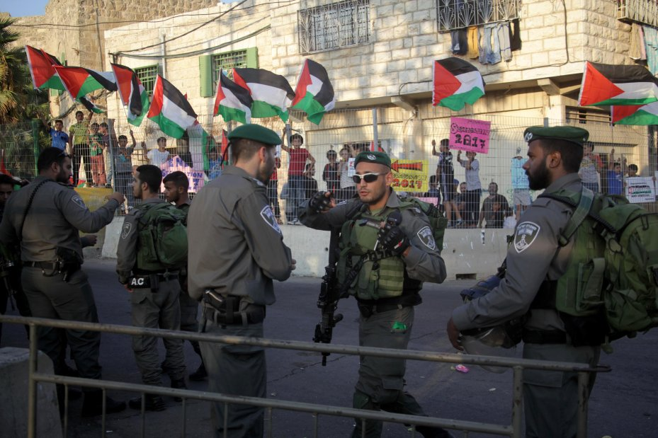 Israeli security forces take security measures as Palestinians stage a demonstration to protest Israeli violations in Hebron, West Bank on 18 September, 2017 [Mamoun Wazwaz/Anadolu Agency]