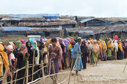 Rohingya Muslims who fled from the ongoing military operations in Myanmar's Rakhine state, line up for food aid at a refugee camp in Cox's Bazar, Bangladesh on September 20, 2017 [Safvan Allahverdi / Anadolu Agency]