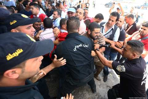 Protesters clash with security officials during a protest against unemployment outside the office of the Prime Ministry in Tunis, Tunisia on 25 September 2017. [Yassine Gaidi/Anadolu Agency]