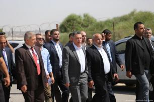 Officials arrive with Palestinian Prime Minister, Rami Hamdallah to Gaza on 1 October 2017 [Mohammed Asad/Middle East Monitor]