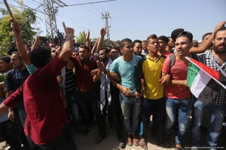 Crowds form to welcome the Palestinian Prime Minister, Rami Hamdallah to Gaza on 2 October 2017 [Mohammed Asad/Middle East Monitor]