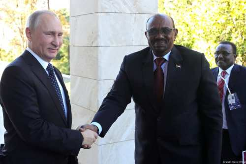 Russian President Vladimir Putin (L) and President of Sudan Omar Al-Bashir shake hands as they pose for a photo during their meeting in Sochi, Russia on 23 November 2017. [Kremlin Press Office/Handout ]
