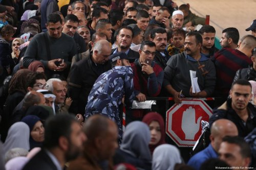 Palestinians can be seen waiting to cross the Rafah border on 19 November 2017 [Mohammed Asad/Middle East Monitor]