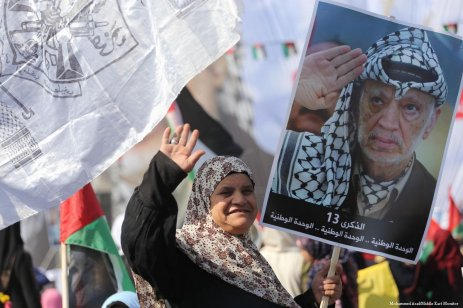 Thousands of Palestinians come together to commemorate the 13th anniversary of President Yasser Arafat's death [Mohammed Asad/Middle East Monitor]