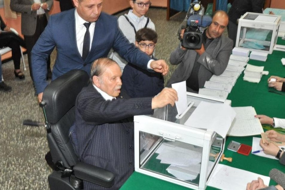 Algerian President Abdelaziz Bouteflika votes during the elections in 24 November 2017 [Al-Khaleej Online]