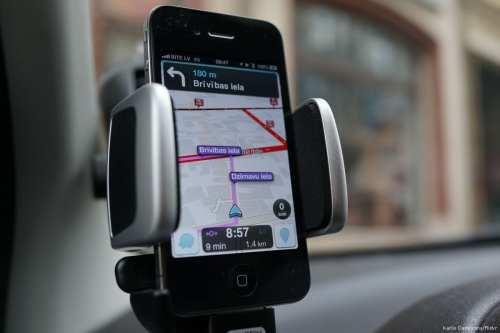 A driver can be seen using Israeli made technology Waze [Kārlis Dambrāns/Flickr]