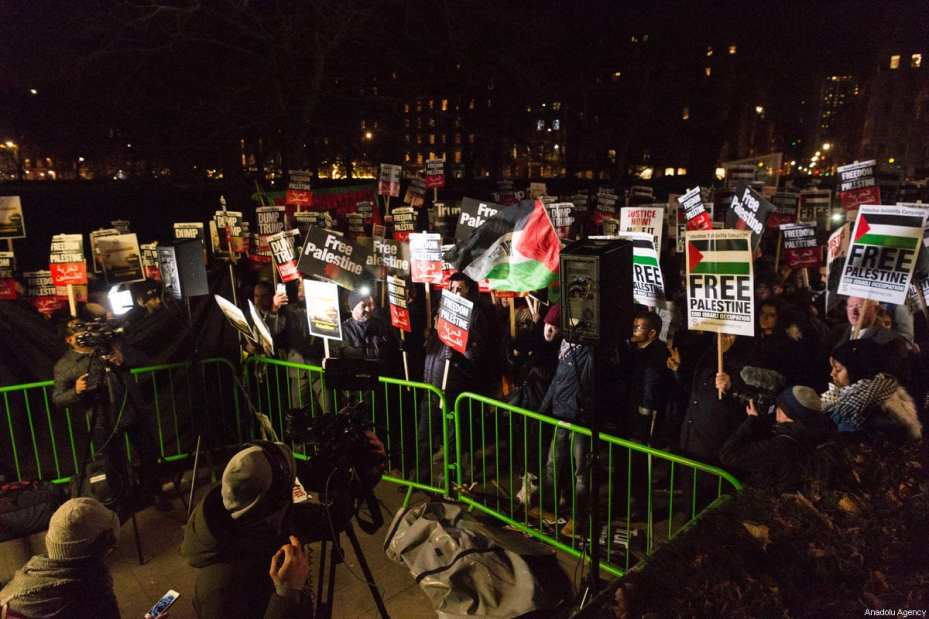 Demonstrators take part in a protest against Trump's announcement on Jerusalem outside the US Embassy in London, England on December 08, 2017. [Ray Tang / Anadolu Agency]