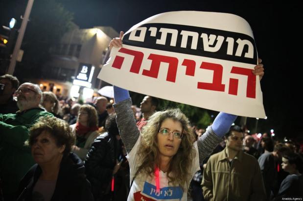 Thousands of people gather to protest Israeli Prime Minister Benjamin Netanyahu over alleged corruption at the Rotschild Boulevard in Tel-Aviv, Israel on December 16, 2017 [Daniel Bar On / Anadolu Agency]