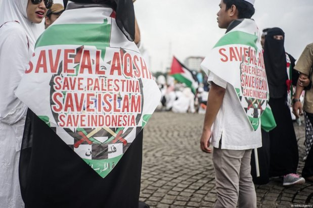 Protesters wear save Palestine in the demonstration to support Palestine at National Monument in Jakarta, Indonesia on December 17, 2017 [Anton Raharjo / Anadolu Agency]
