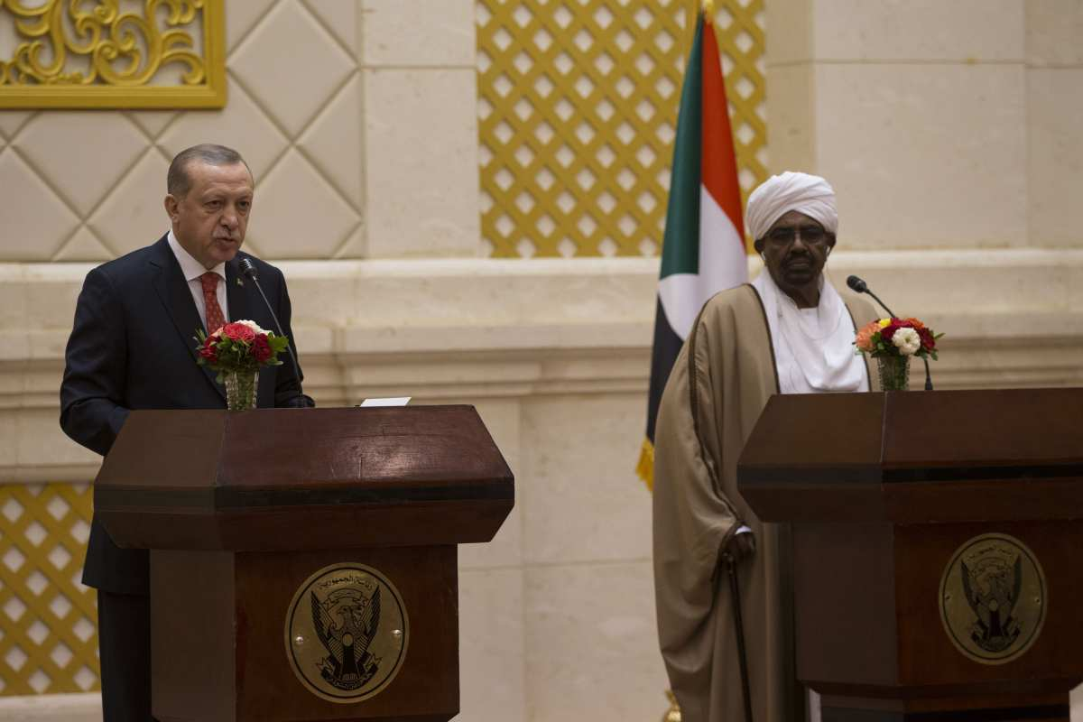 President of Turkey Recep Tayyip Erdogan (L) and President of Sudan Omar Al-Bashir (R) hold a joint press conference following their inter-delegation meeting in Khartoum, Sudan on 24 December, 2017 [Binnur Ege Gürün/Anadolu Agency]