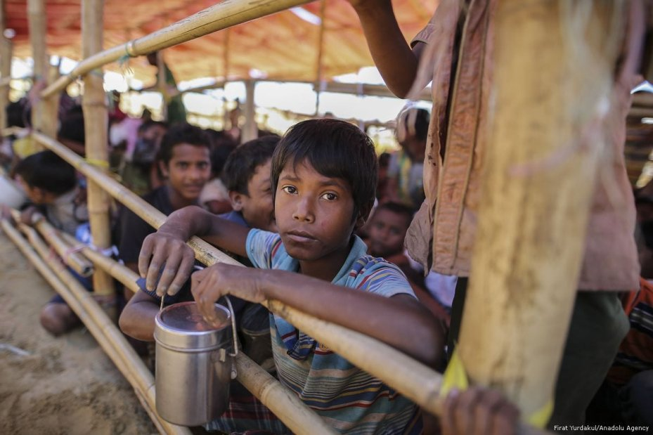Rohingyan children wait for food aid, provided by the Turkish Cooperation and Coordination Agency (TIKA) in Cox's Bazar, Bangladesh on 30 November 2017 [Fırat Yurdakul/Anadolu Agency]