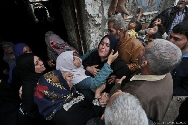 Relatives mourn the death of two Palestinian protesters who were killed by Israeli soldiers during their funeral in Gaza on 22 December 2017 [Mohammed Asad/Middle East Monitor]