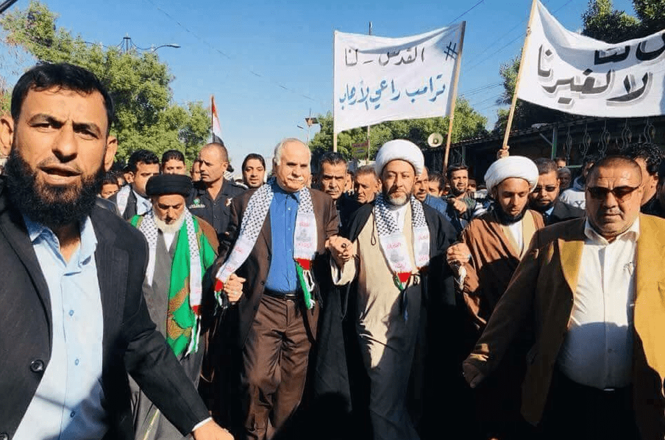 Palestinian Ambassador to Iraq, Ahmed Akl, participated in the anti-Trump protest in Baghdad along with clerics belonging to Shia and Sunni communities in Baghdad, Iraq, on 8 December 2017. [yaqaem_313/Twitter]
