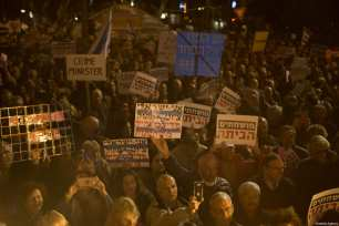 Thousands of people gather to protest Israeli Prime Minister Benjamin Netanyahu over alleged corruption at the Habima Square in Tel-Aviv, Israel on December 30, 2017 [Kobi Wolf / Anadolu Agency]