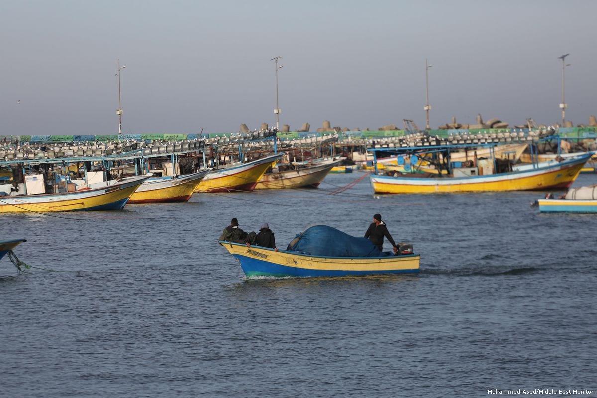 Gazan fishermen seen heading back to shore in Gaza on January 23, 2018 [Mohammed Asad / Middle East Monitor]