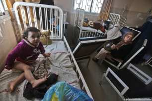 Palestinian children are left in medial centres despite the generator shutting down due to the shortage of fuel in Gaza [Mohammed Asad/Middle East Monitor]