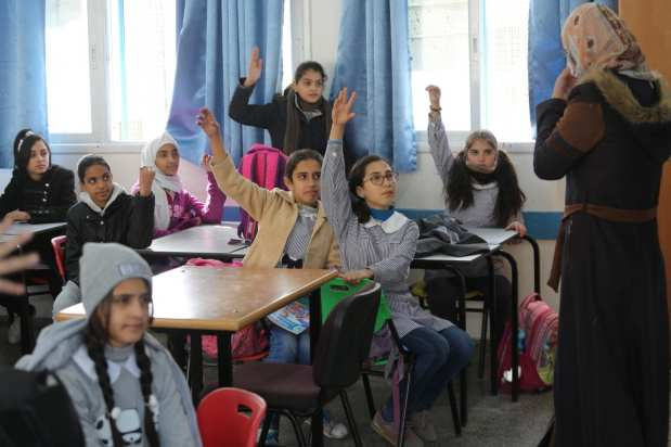 Palestinian children seen at a UNRWA school during a visit by Pierre Krähenbühl, commissioner-general of the UN Relief and Works Agency (UNRWA) to Gaza on Janaury 22, 2018 [Middle East Monitor / Mohammad Asad]