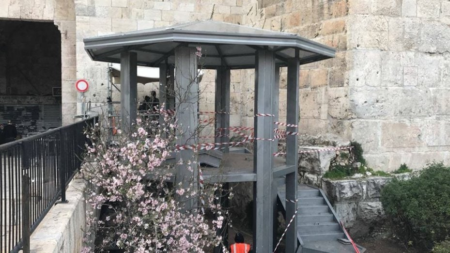 The newly constructed watchtower checkpoint at the Damascus Gate entrance to the Old City, Jerusalem seen on February 15, 2018 [Twitter / Qudsn]