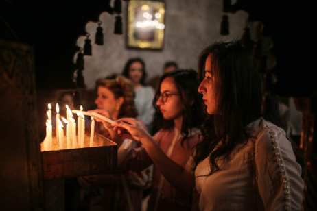 Orthodox Christians light candles during the Palm Sunday procession in Gaza City, Gaza on 1 April, 2018 [Mustafa Hassona/Anadolu Agency]