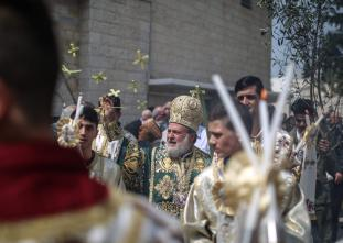 Archbishop Alexios (C) leads the Palm Sunday procession in Gaza City, Gaza on 1 April, 2018 [Mustafa Hassona/Anadolu Agency]