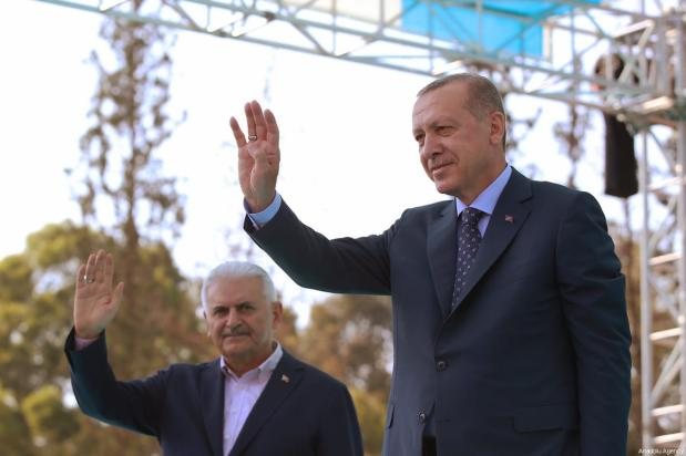 Turkish President Recep Tayyip Erdogan (R) and Turkish Prime Minister Binali Yildirim (L) greet the crowd after attending AK Party's 6th ordinary provincial congress in western Izmir province, Turkey on April 28, 2018 [Murat Kula / Anadolu Agency]