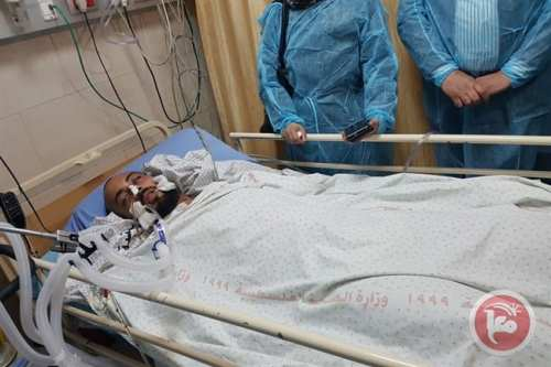 Palestinian journalist Ahmad Abu Hussein arrived to the Ramallah Governmental Hospital late Sunday to receive treatment after he got shot in the head and critically injured by Israeli forces while covering protests on Friday [Maannews]