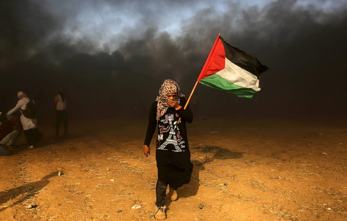 """Palestinian protesters gather during clashes with Israeli security froces in a tent city protest where Palestinians demand the right to return to their homeland, on the occasion of the 70th anniversary of the """"Nakba"""", and against U.S. embassy move to Jerusalem at the Israel-Gaza border, in Khan Younis in the southern Gaza Strip on 15 May, 2018 [Ashraf Amra/Apaimages]"""