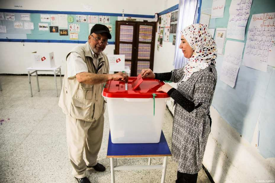 A Tunisian casts his vote at a polling station during Tunisian local elections, which was held first time after 2011 Arab Spring revolution, in Bizarte, Tunisia on May 06, 2018. ( Nacer Talel - Anadolu Agency )