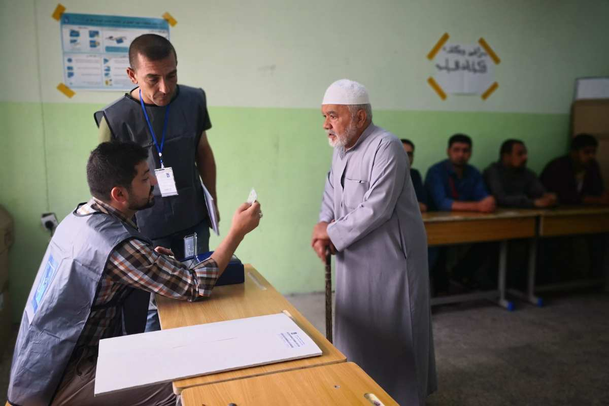 A voter waits to cast his vote during the Iraqi parliamentary election at the Macidad Primary School in Mosul, Iraq on 12 May, 2018 [Stringer/Anadolu Agency]