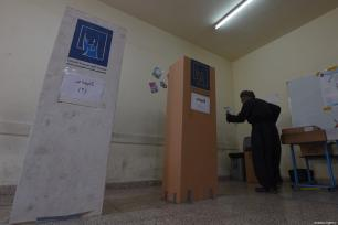 An Iraqi man casts his vote at a polling station for the Iraqi parliamentary election in Sulaymaniyah, Iraq on May 12, 2018 [Feriq Fereç / Anadolu Agency]