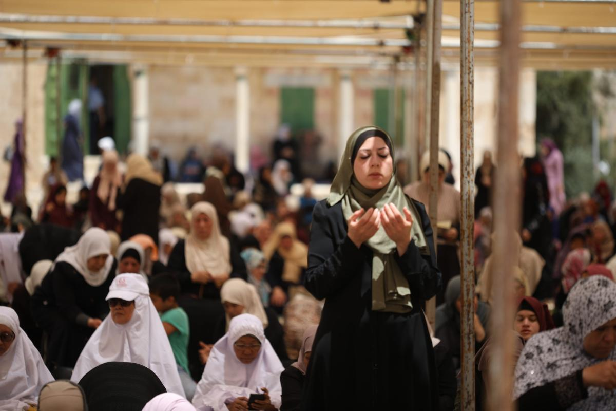 Palestinian Muslims pray during the first Friday Prayer of Islamic holy month of Ramadan at the Al-Aqsa Mosque after Israeli authorities allowed Palestinians only those who above 40 years of age men and all women, in Jerusalem on 18 May, 2018 [Mostafa Alkharouf/Anadolu Agency]