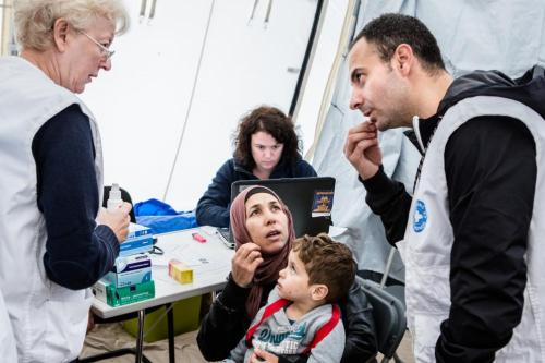 Médecins du Monde volunteers seen working with refugees in Brussels [Le Soir]