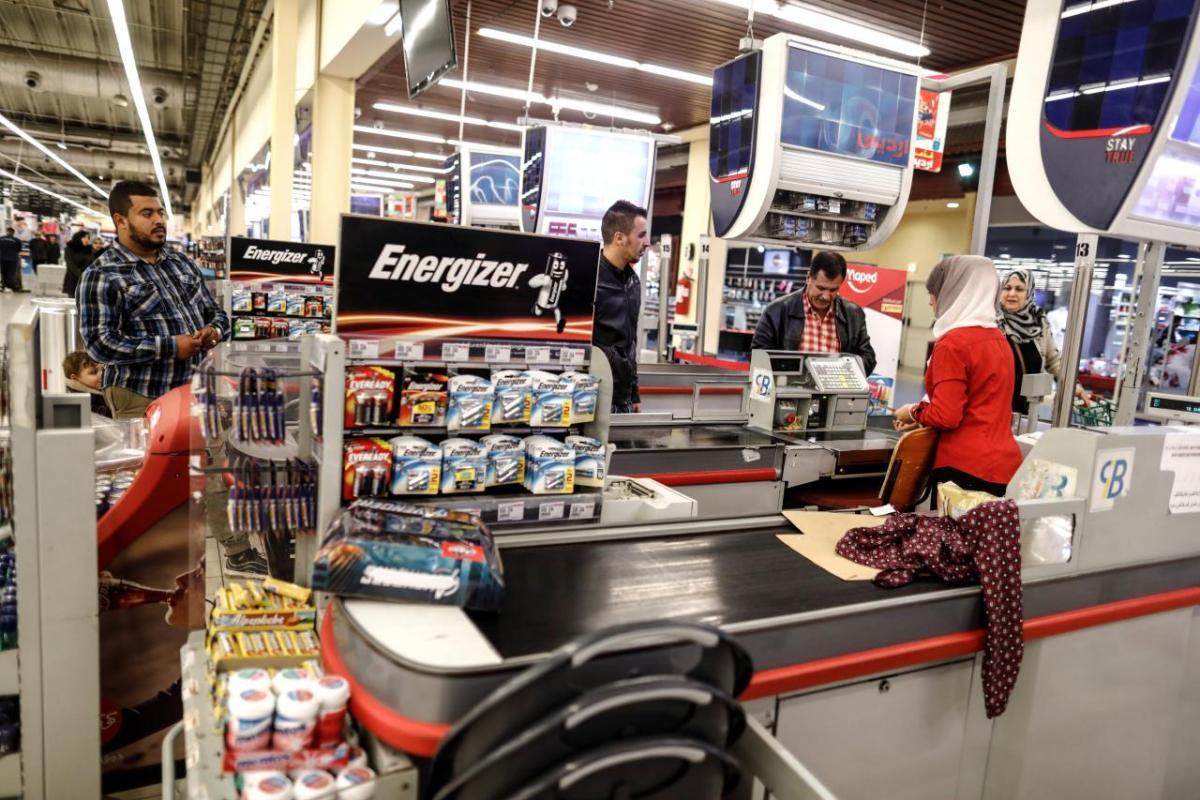 People shop at Ardis supermarket in Algiers, Algeria November 13, 2017 [Zohra Bensemra / Reuters]
