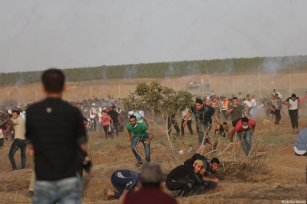Israeli forces clash with Palestinian protesters at the Gaza and Israel border during the ninth consecutive week of protests, organised as part of the Great March of Return, on 25 May 2018 [Mohammad Asad / Middle East Monitor]