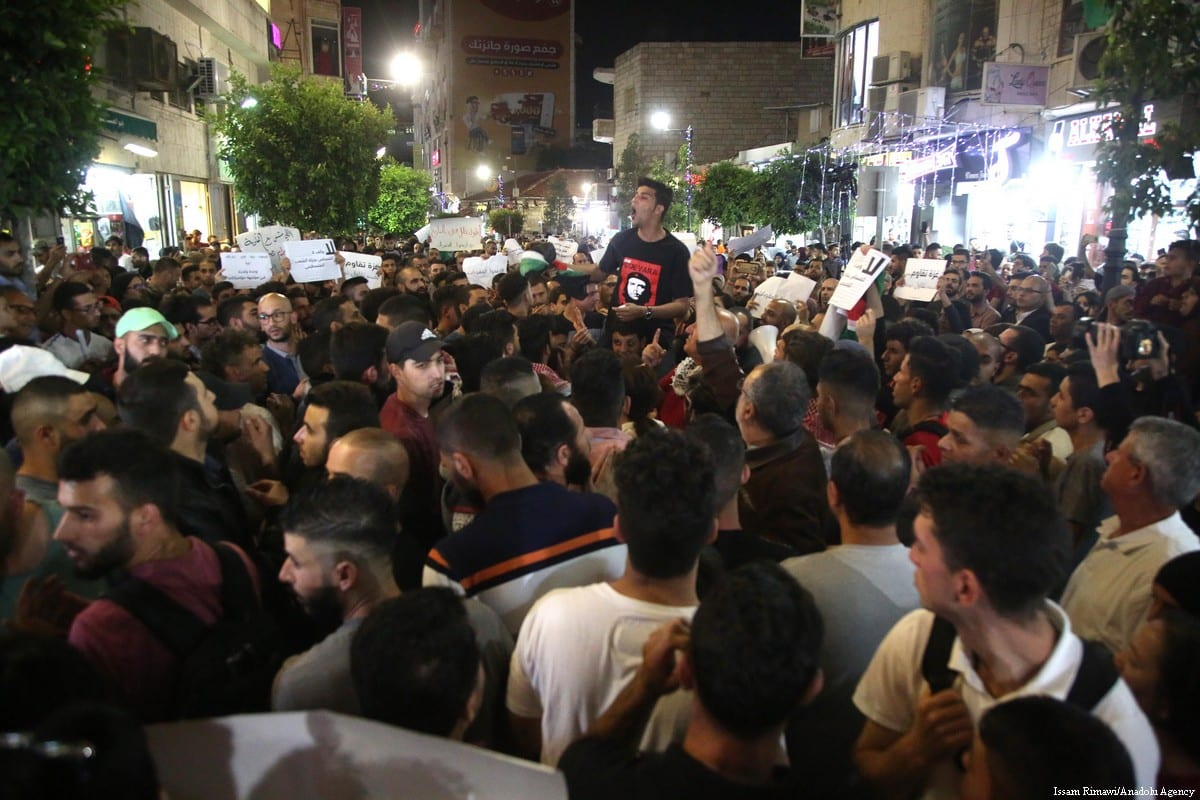 Palestinians protest in the occupied West Bank city of Ramallah on 10 June 2018 calling for the Palestinian Authority to lift its punitive measures against the Gaza Strip [Issam Rimawi/Anadolu Agency]