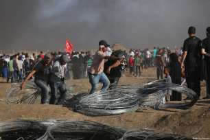Palestinian protestors clash with Israeli security forces during the 14th week of the Great March of Return at the Gaza-Israel border on 29 June 2018 [Mohammed Asad/Middle East Monitor]