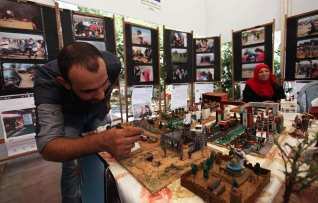 """Palestinians attend an exhibition for the """"Great Return March"""", in Gaza City on 24 July, 2018 [Mahmoud Ajour/Apaimges]"""